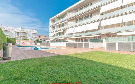 Apartamento tipo duplex con zona comunitaria ajardinada y piscina comunitaria en l'Estartit.