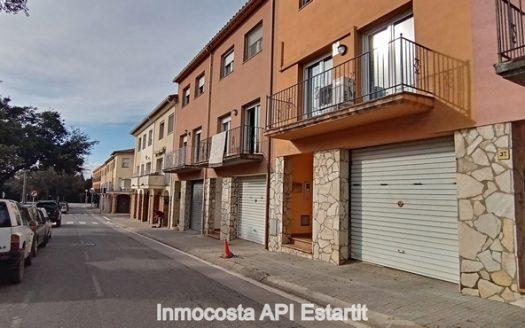 Casa adossada en perfecte estat situat en el centre de Torroella de Montgrí.