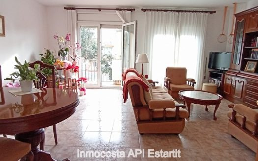 Casa adossada situada al centre urbà de Torroella de Montgrí.