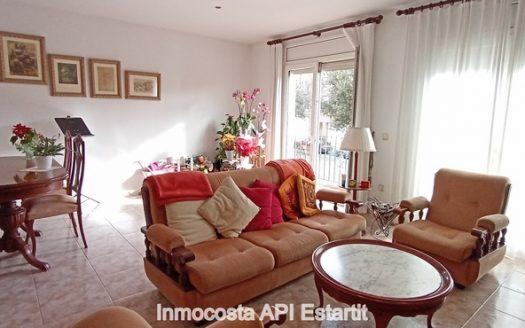 Casa adosada situada en el centro urbano de Torroella de Montgrí.