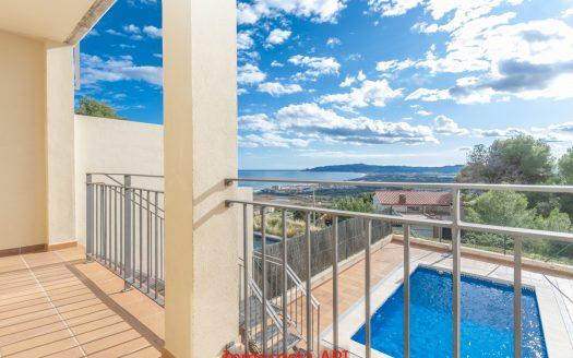 Casa adossada a la part alta del Roca Maura (Urb. Torre Moratxa) amb vistes a la mar, platja i poble, L'Estartit.